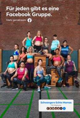 In einer Turnhalle sitzen und stehen hochschwangere Frauen in ihrer Sportkleidung auf Schwedenkästen.