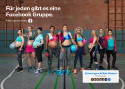 In einer Turnhalle stehen hochschwangere Frauen in ihrer Sportbekleidung nebeneinander.