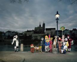 Inszeniertes Gruppenbild einer Fasnachtsclique am Rhein. Die Cliquenmitglieder stehen in ihren Kostümen am Rhein.