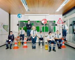 nszeniertes Gruppenbild von Mitglieder von einem Kadetten Korps. Die jungen Leute stehen in Ihrer Uniform in einem Theoriesaal.