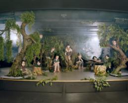 Inszeniertes Gruppenbild von Kinder-Schauspieler und Schauspielerinnen auf einer Theaterbühne mit einer Wald-Kulisse.