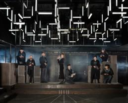 Inszeniertes Gruppenbild von Mitglieder eines Lasertag-Clubs. Die Männer und Frauen posieren mit Ihren Lasertag-Phaser in einem dunklen Raum.