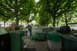 In einem Quartierkompostplatz steht eine Komposterin und schaut zur Kamera.