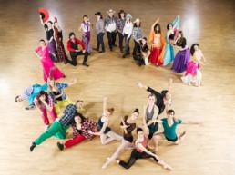 In einem grossen Saal posieren verschiedenste Kursteilnehmer der Klubschule Migros, welche einen Tanz-Kurs besuchen.